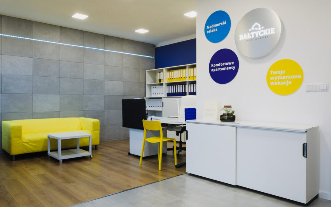 Elementy promocyjne w biurze – Apartamenty Bałtyckie